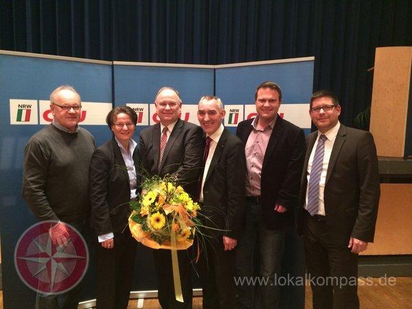 Willy Jasperneite erhält nach seiner Wahl von Bürgermeister Böckelühr, Ina Scharrenbach MdL, Kreisvorsitzendem Marco Morten Pufke, stellv. Kreisvorsitzendem Jörg Schindel und Stellvertretendem Bürgermeister aus Schwerte, Jürgen Paul, einen großen Blumenstrauß überreicht.